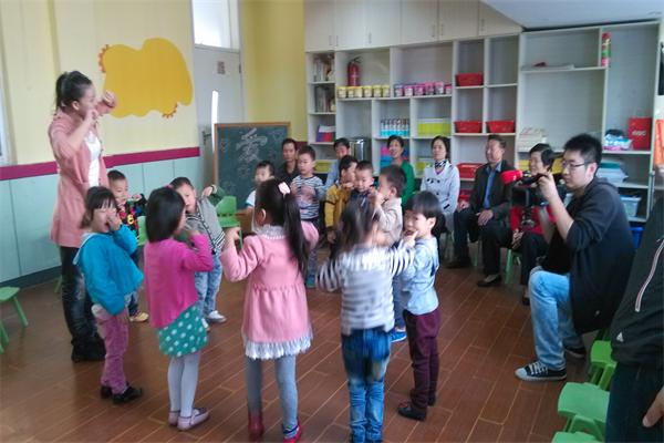 2013年10月12日中午10点,淮安电视台来到我们淮师一附小幼儿园小班年级组进行了重阳节节日教育节目的录制,我们小(3)班的孩子们有幸参加了本次节目的录制,我们班请来了孩子们的爷爷奶奶,孩子们也非常的兴奋,本次活的主要目的是:首先让孩子初步了解重阳节是爷爷奶奶的节日、其次使宝宝从小有关心爷爷奶奶的意识,为爷爷奶奶做力所能及的事、愿意表达爱爷爷奶奶的情感,看看他们表现的多棒啊!