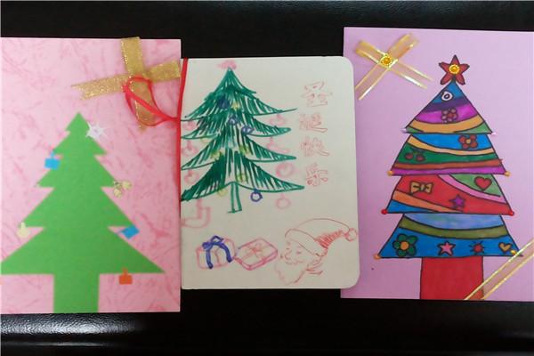 今天上午我们大六班小朋友为了庆祝圣诞的到来,一起制作了圣诞贺卡,并将自己的贺卡和祝福送给了自己的好朋友和老师。在制作过程中小朋友能相互帮助,合作得很愉快!孩子们参与活动的积极性都很高,活动后将自己的作品展示给班级所有小朋友欣赏后,大家又互赠贺卡,非常开心!