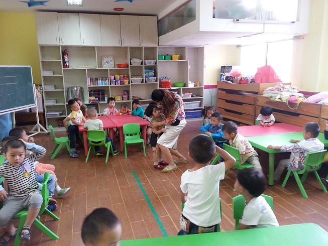 昨天在家里还是一个众星捧月的小宝贝,今天就要独立地走向集体生活。让我们营造爱的环境,帮助他们愉快地走进幼儿园,说声我上幼儿园啦,让幼儿园在孩子们的心目中变得可亲可爱!只要有爱的环境,有深爱他们且极富耐心的老师,孩子们一定会沉浸在这个有趣的集体生活之中,体验到集体生活给他们带来的快乐! ( 张小兰 何艳)